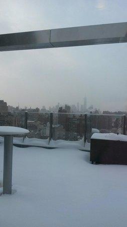 Fairfield Inn & Suites New York Midtown Manhattan/Penn Station: Terrazza sul tetto con la neve..