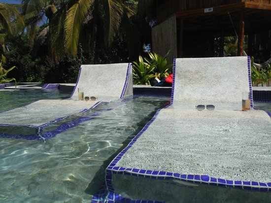 Hotel Tortuga Village: Built in pool chairs