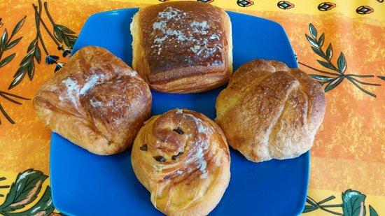 Bosco Corsica: Brioches integrale con miele, fagottino frutti di bosco e crema cioccolato e girella