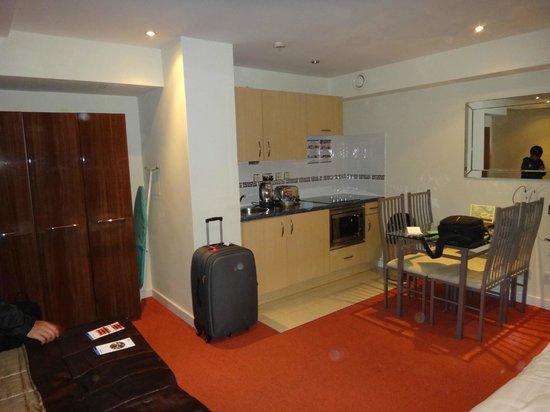 Grand Plaza Serviced Apartments: quarto com cozinha