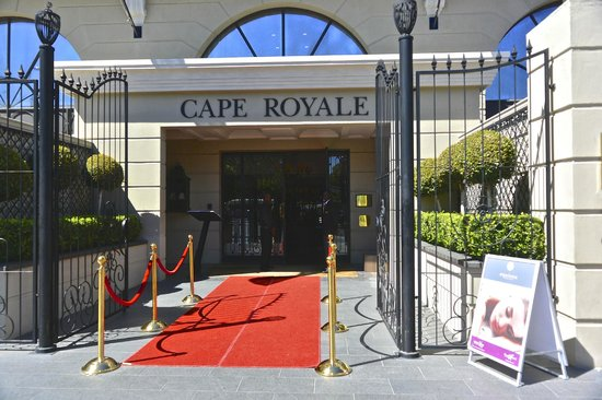 Cape Royale Luxury Hotel: Red Carpet Entrance