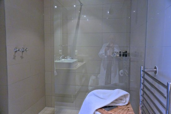 Cape Royale Luxury Hotel: Bathroom reflected in glass of shower