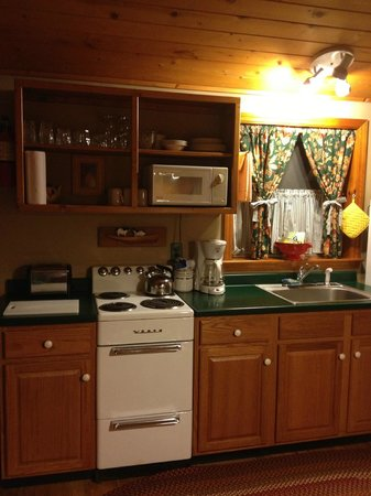 Colonial Pines Inn Bed and Breakfast: kitchen