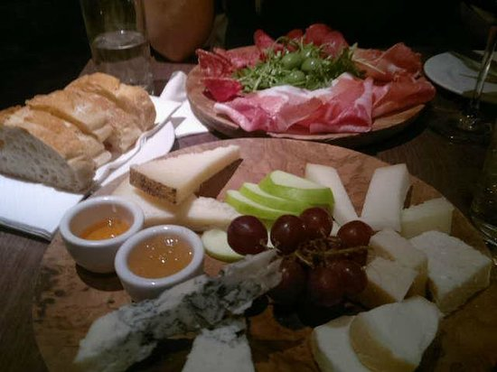 Negozio Classica Primrose Hill: Some of the snacks to go with the wines.