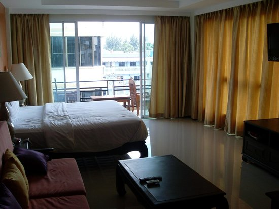 Sooksabai Jomtien Beach Hotel: Room view towards balcony