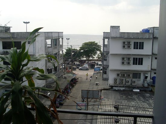 Sooksabai Jomtien Beach Hotel: View of beach from balcony