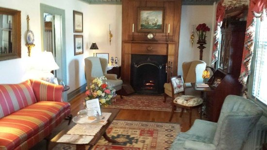 Applewood Colonial Bed and Breakfast: This is the sitting room/living room with a cozy fireplace.