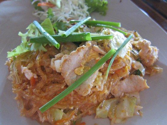 Takieng Restaurant : ノンスパイシーな春雨の焼きビーフンスタイル 肉は豚をチョイス 娘は「美味しい」を連呼