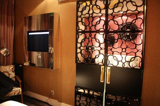Hotel Abalu : puertas del baño