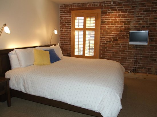 Hotel Le Vincent : Chambre 10 - on a dû reduire la photo pour voir le très grand lit king