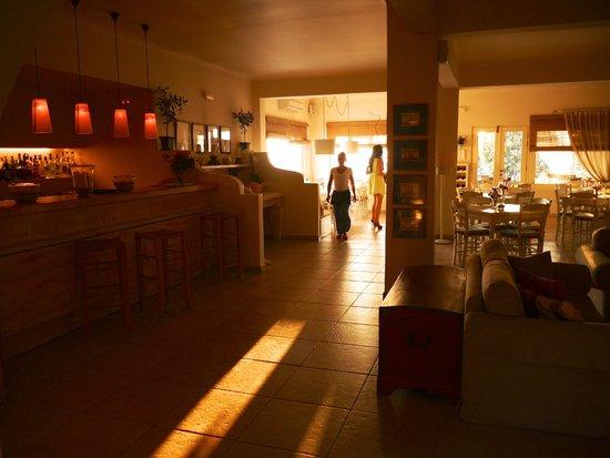 Vencia Hotel: Breakfast lobby at sunset