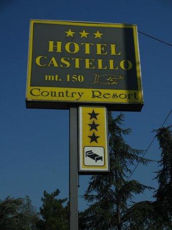 Hotel Castello : Placa indicando o hotel na estrada que fica bem próxima e leva para diversas cidades próximas