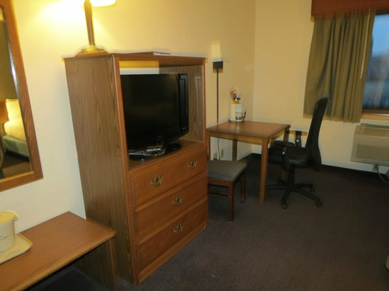 AmericInn Lodge & Suites Hutchinson: TV & Desk.