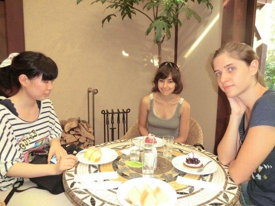 Kurabuharie : 奥のカフェです。私はバームクーヘンを注文しました。