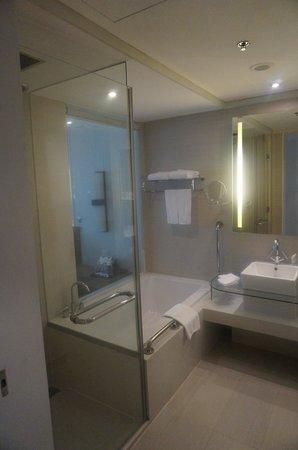 Le Meridien Chiang Mai: Bathroom area in room