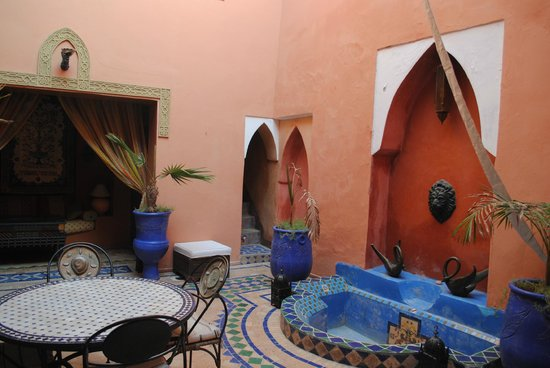 Riad Basma: Courtyard and breakfast area