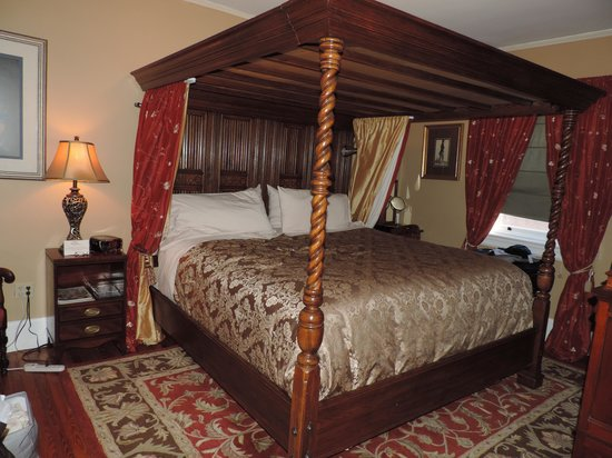 Hamanassett Bed & Breakfast : The Tudor Room on the third floor. King-sized, canopy bed.