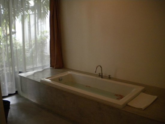 Bunwin Boutique Hotel: bathtub