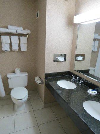 Redwood Lodge: Bathroom.