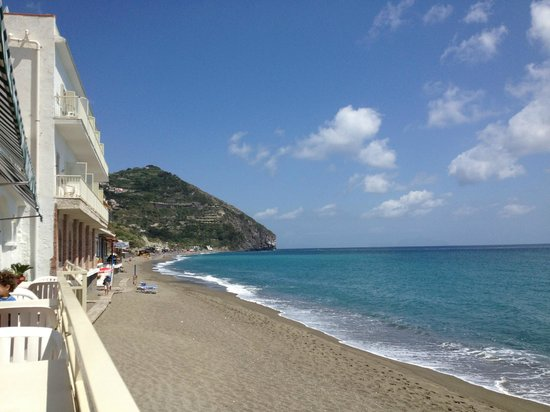 Hotel Vittorio: Looking down Maronti Beach from the hotel reception area