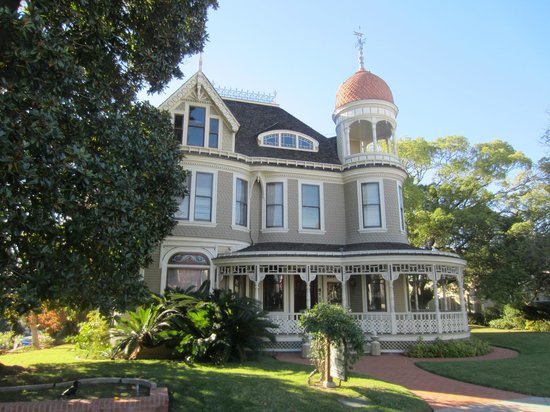 Old Town Trolley Tours of San Diego: Driving by beautiful sites.