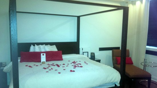Sterling Inn & Spa : Standard room king bed with silk rose petals
