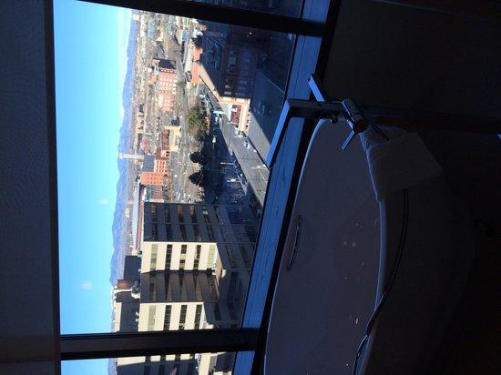 Four Seasons Hotel Denver: Bath with a view:)