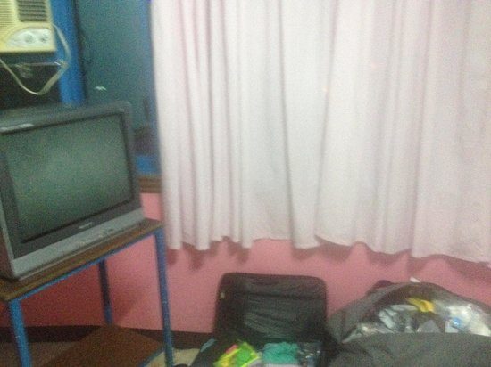 GV Hotel Tacloban City: tv uses single outlet in room, aircon worked
