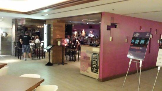 B Ocean Resort Fort Lauderdale: restaurant in lobby
