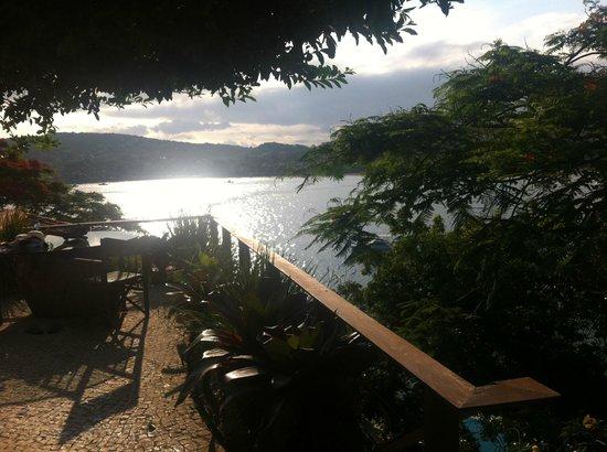 Hotel Boutique Insólito : Vista do deck da piscina com cascata 2