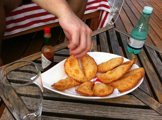 Hotel Boutique Insólito : Pasteis de camarão a beira da piscina