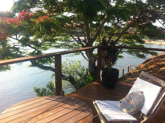 Hotel Boutique Insólito : Vista do deck da piscina com cascata