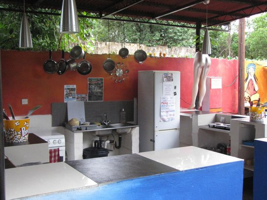 Livingstone Backpackers : The open common kitchen