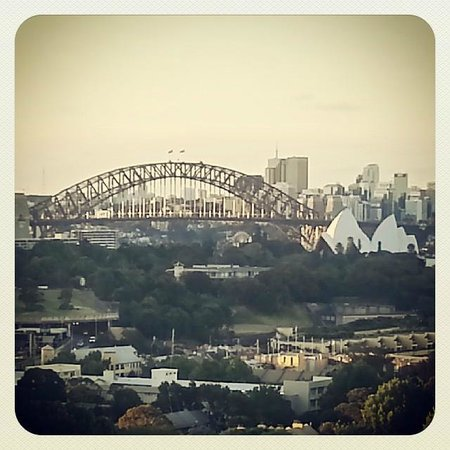 Holiday Inn Potts Point - Sydney: bridge and opera house as seen from our room