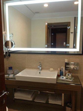 UNA Hotel Roma: Banheiro amplo e bem iluminado