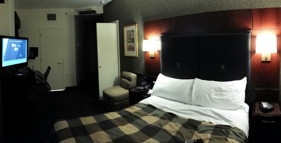 Club Quarters Hotel in Washington, D.C.: Small room and bath, but quiet and clean