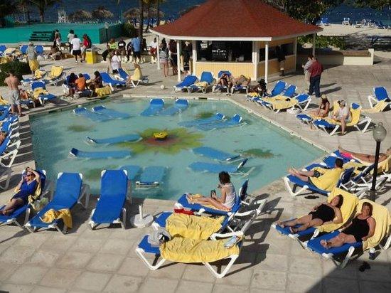 Breezes Resort & Spa Bahamas : beach grill and pool