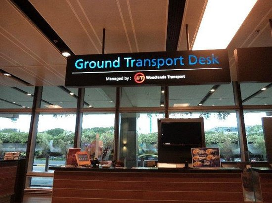 Village Hotel Katong by Far East Hospitality : 受付カウンター「Ground Transport Desu」