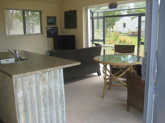 Glide Omarama: Chalet 27 living area