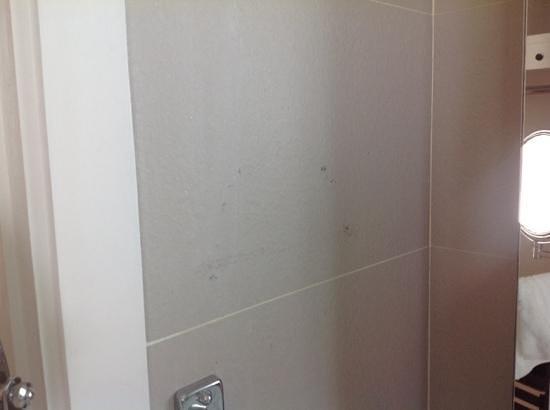 Cape Dara Resort: грязные стены в ванной