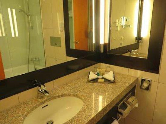 Hotel Nikko Düsseldorf: 清潔感あるバスルーム
