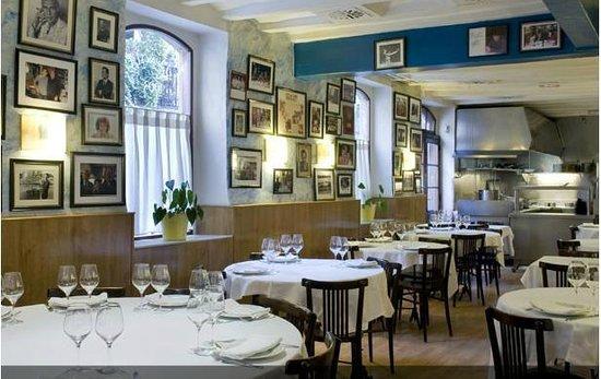 Can Sole: Salón principal, con cocina a la vista al fondo.