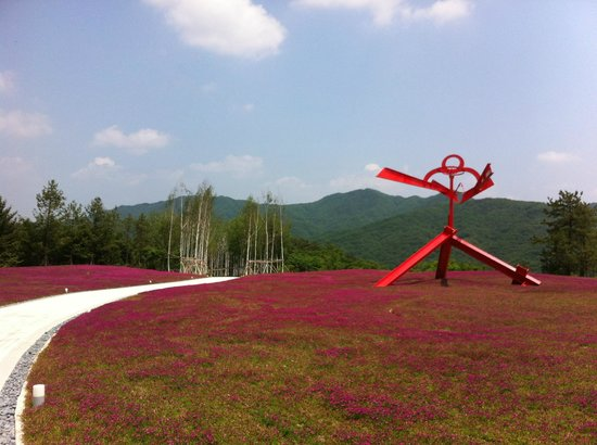 "Wonju, Corée du Sud : The ""flower garden"" on the way to the main museum building."