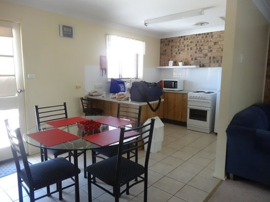 Avaleen Lodge Motor Inn: kitchen / dining open plan