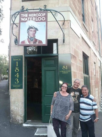 Peek Tours Sydney: Our cosy tour group in front of 2nd pub