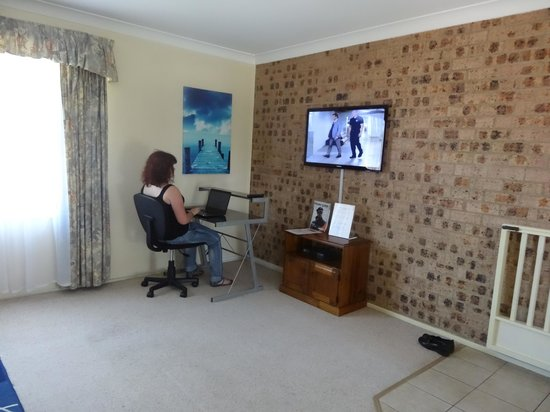 Avaleen Lodge Motor Inn: desk and tv