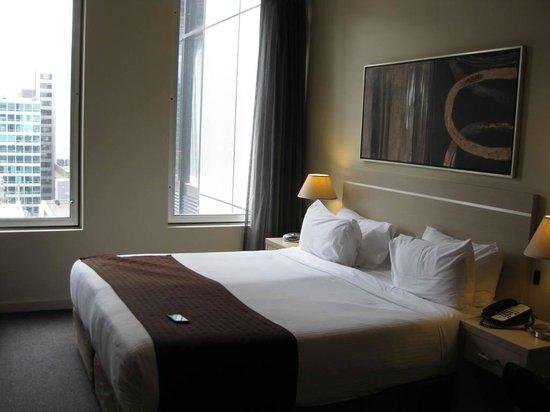 Oaks on Market: Queen bed in a studio room