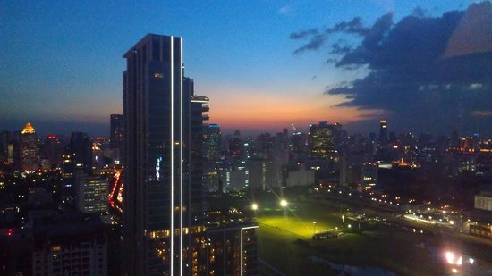 Grande Centre Point Hotel Ratchadamri: Sunset view from our room