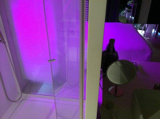 Barcelo Raval: doccia con vista del letto