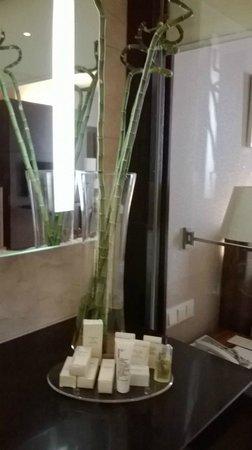 Hilton Bandung: Bathroom amenities by PeterThomasRoth